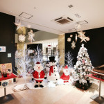 館内にサンタが沢山!クリスマスらしい装飾をしています。
